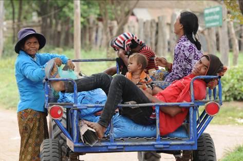 Familie auf Traktor Kambodscha
