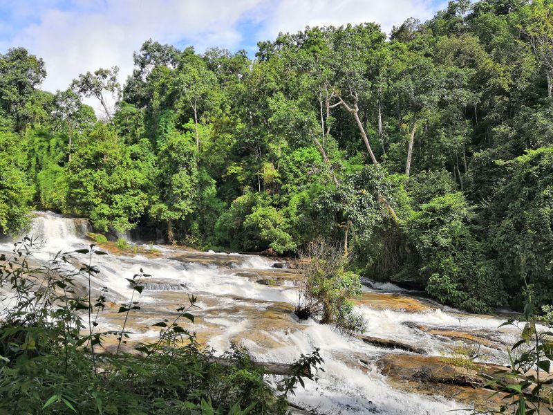 Khao Sok Nationalpark Süd-Thailand. Wasserfälle und klare, natürliche Flüsse.