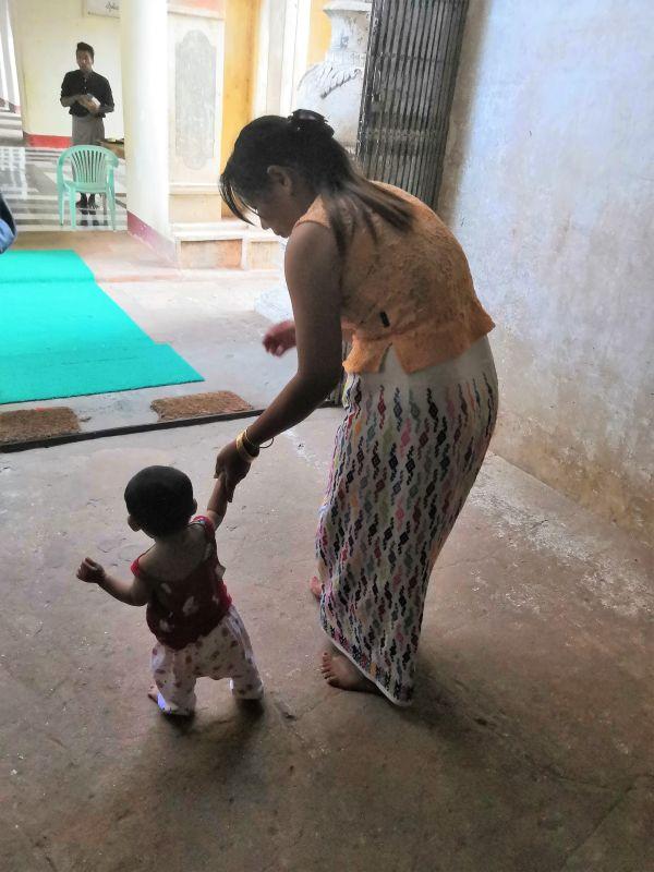 Mama und Sohn auf dem Weg zu einer Pagode in Myanmar