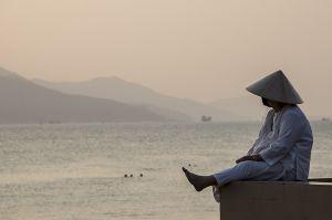 Vietnamesischer Fischer bei Abenddämmerung