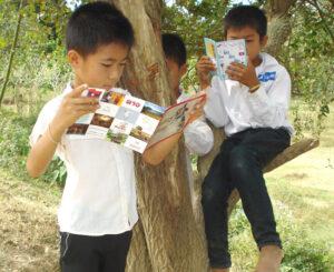 Kinder in Laos lernen lesen