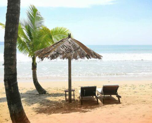 Strandliegen am weichen feinen Sandstrand von Ngapali