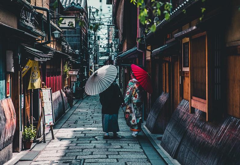 Japan Gasse Spaziergänger mit Papierschirm