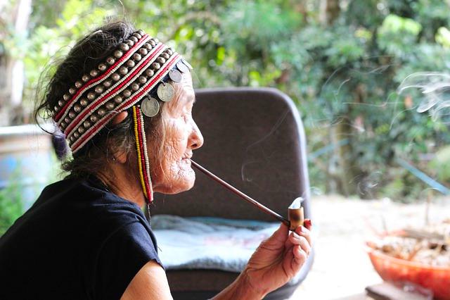 Myanmar_akha Volk_rauchende Frau
